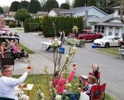 Жители канадского города устраивают ужины на лужайках перед своими домами