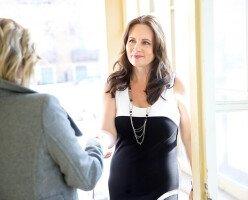 В Оттаве городской советник спрашивал у женщины, пришедшей на собеседование, будет ли она носить бюстгальтер