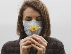 Почему даже после вакцинации от COVID-19 канадцам придется носить маски?