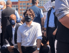 Джастин Трюдо встал на колено на демонстрации против расизма