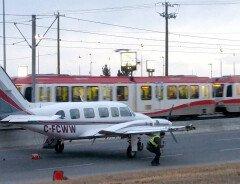 Пилот в Калгари совершил посадку самолета на проезжую часть (ФОТО, ВИДЕО)