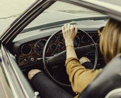 В Канаде оштрафовали женщину за прием пищи палочками за рулем