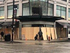 В Канаде увеличилось число взломов магазинов: бизнесы заколачивают окна (ФОТО)