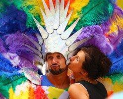Почему гей-парады ежегодно проводятся в Канаде?