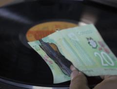 ВИДЕО: Канадские деньги воспроизводят звук виниловой пластинки