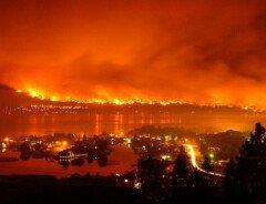 Лесные пожары возле Келоуны вынуждают людей покинуть их дома