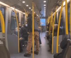 """COVID-19 это фейк!"": мужчина орал на людей в масках в SkyTrain (ВИДЕО)"