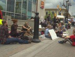 В канадском городе запретят сидеть на тротуарах - штраф $100