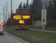 Взломанный электронный дорожный знак послал водителей Онтарио куда подальше