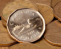 Цена канадского доллара достигла нового минимума