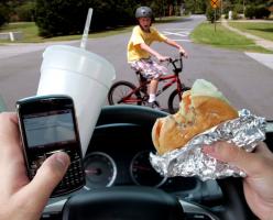 В канадской провинции любителей поговорить за рулем будут наказывать более дорогой страховкой