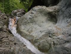 Водная горка в скалах каньона Линн (ВИДЕО)