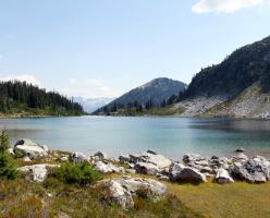 Озеро Рэйнбоу (дословно — радужное озеро, Rainbow Lake)